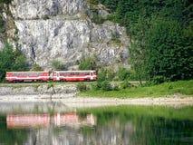 拉丁文和作梦在自然火车在水附近 库存图片