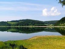 拉丁文和作梦山的一个自然湖 免版税图库摄影