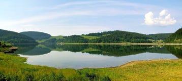 拉丁文和作梦山的一个自然湖 免版税库存照片