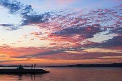 拉丁文在湖边在日落 免版税库存图片