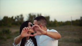 拉丁文的概念,年轻夫妇, aughing和做心脏形状用他们的手 股票录像