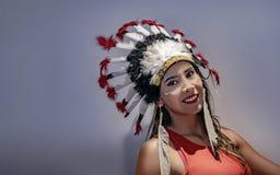 拉丁模型的画象与一样用羽毛装饰的头饰的首先 免版税库存图片