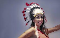 拉丁模型的画象与用羽毛装饰的头饰三的 免版税库存图片