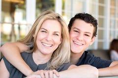 拉丁母亲和十几岁的儿子 免版税库存照片