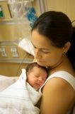 拉丁母亲和婴孩 库存照片