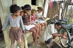 拉丁美州的女孩读故事书,巴西 免版税库存照片