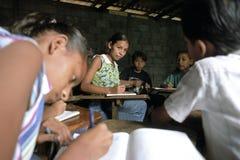 拉丁美州的少妇,小学生在教室 免版税库存照片