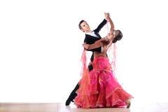 拉丁美州的舞蹈家在舞厅 库存图片
