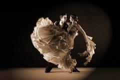 拉丁美州的舞蹈家在舞厅 图库摄影