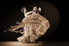 拉丁美州的舞蹈家在舞厅 免版税图库摄影