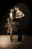 拉丁美州的舞蹈家在舞厅 免版税库存照片