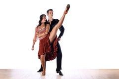 拉丁美州的舞蹈家在舞厅 免版税库存图片