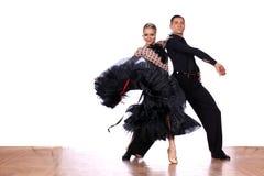 拉丁美州的舞蹈家在舞厅 库存照片