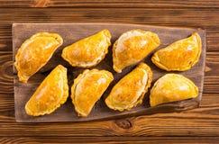 拉丁美洲的被烘烤的牛肉empanadas用调味汁 库存图片