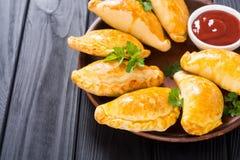 拉丁美洲的被烘烤的牛肉empanadas用调味汁 免版税库存图片