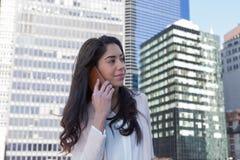 年轻拉丁职业妇女在城市 库存照片