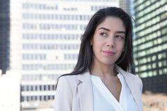 年轻拉丁职业妇女在城市 免版税库存图片