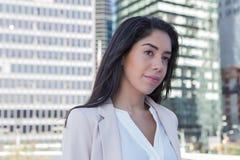 年轻拉丁职业妇女在城市 免版税库存照片