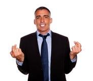 拉丁语生意人迷人的横穿的手指 免版税库存照片
