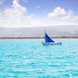 拉丁风帆llaut小船传统地中海风船 库存照片
