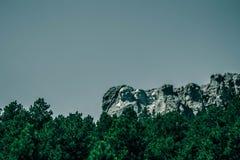 拉什莫尔山,从路的看法单调照片  免版税库存图片