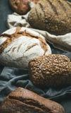拉伊、麦子和multigrain土气面包大面包特写镜头  库存图片