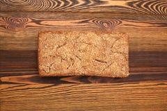 拉伊家制面包用在木桌上的芝麻 库存图片