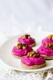 拉伊果子馅饼用甜菜根奶油甜点 免版税库存照片