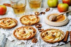 拉伊果子馅饼用苹果、桂香、蜂蜜和核桃 库存图片