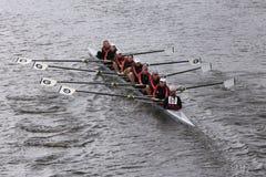 拉伊高中在查尔斯赛船会妇女的青年时期Eights头赛跑  库存照片