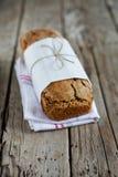 拉伊rogenbrod pund与种子和整个五谷的大面包面包 图库摄影