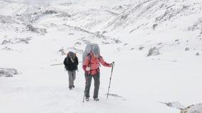 拉克的背包徒步旅行者在尼泊尔, 5100m高度通过 马纳斯卢峰电路艰苦跋涉区域 股票录像