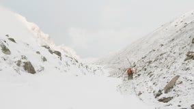 拉克的背包徒步旅行者在尼泊尔, 5100m高度通过 马纳斯卢峰电路艰苦跋涉 股票视频