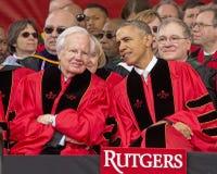 贝拉克・奥巴马和比尔莫耶斯在罗格斯大学出席250th周年开始 库存照片