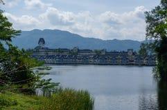 拉古纳海滩胜地,普吉岛,泰国- 2013年11月, 06日:与盐水湖湖和棕榈的豪华别墅 免版税库存图片