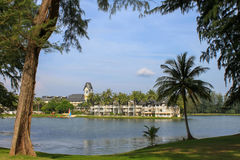 拉古纳海滩胜地,普吉岛,泰国- 2016年11月, 06日:与盐水湖湖和棕榈的豪华别墅, 图库摄影