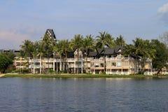 拉古纳海滩胜地,普吉岛,泰国- 2013年11月, 06日:与盐水湖湖和棕榈的豪华别墅 免版税图库摄影