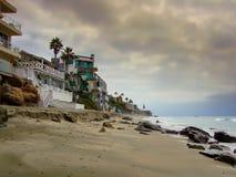 拉古纳海滩,橘郡加利福尼亚, 2014年10月20日:早晨举作为太阳上升的雨云温暖空气 免版税库存图片