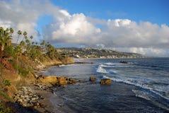 拉古纳海滩,由Heisler公园的加利福尼亚海岸线在冬季期间 免版税库存照片
