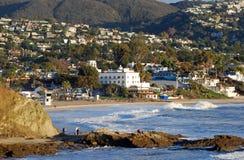 拉古纳海滩,由Heisler公园的加利福尼亚海岸线在冬季期间 免版税图库摄影