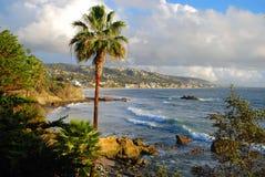 拉古纳海滩,由Heisler公园的加利福尼亚海岸线在冬季期间 免版税库存图片