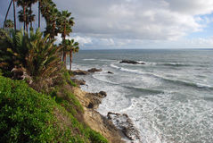 拉古纳海滩,由Heisler公园的加利福尼亚海岸线在冬季期间 库存照片