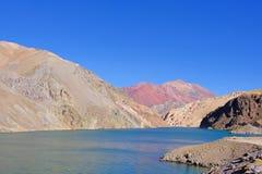 拉古纳阿瓜有安地斯山的山的内格拉盐水湖在向Paso Agua De内格拉,Elqui谷,骆马,智利的路 库存图片