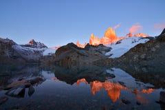 拉古纳de Los Tres和登上日出的费兹罗伊 库存图片