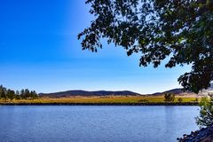 拉古纳Mts的看法从湖Cuyamaca岸的  库存图片