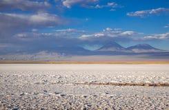 拉古纳Tebinquinche风景在圣佩德罗火山de阿塔卡马,智利 免版税库存图片
