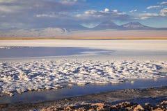 拉古纳Tebinquinche风景在圣佩德罗火山de阿塔卡马,智利 图库摄影