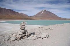 拉古纳Verde和火山在撒拉族de Uyuni,玻利维亚 库存照片