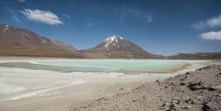 拉古纳Verde是一个高度被集中的盐湖位于利坎卡武尔火山火山的脚 图库摄影