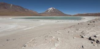 拉古纳Verde是位于爱德华多Avaroa安地斯山的动物区系国家公园的一个高度被集中的盐湖 库存照片
